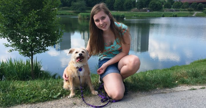 Eliška a fenka Dolly v parku