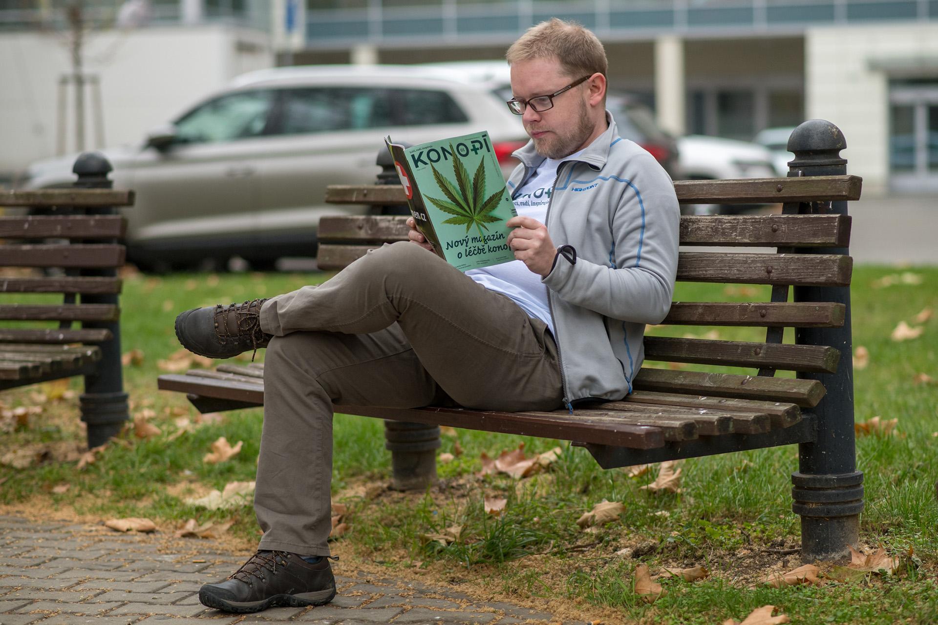 Lukáš Hurt čte magazín Konopí
