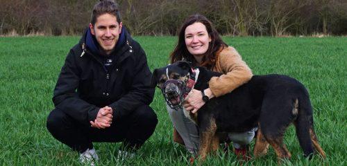 Matyáš z Dogsie a Katka z FUNKY DOG s černým psem v poli