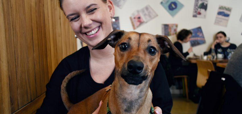 usmívající se Tereza se psem na klíně