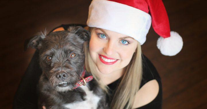 žena ve vánoční čepici a pes