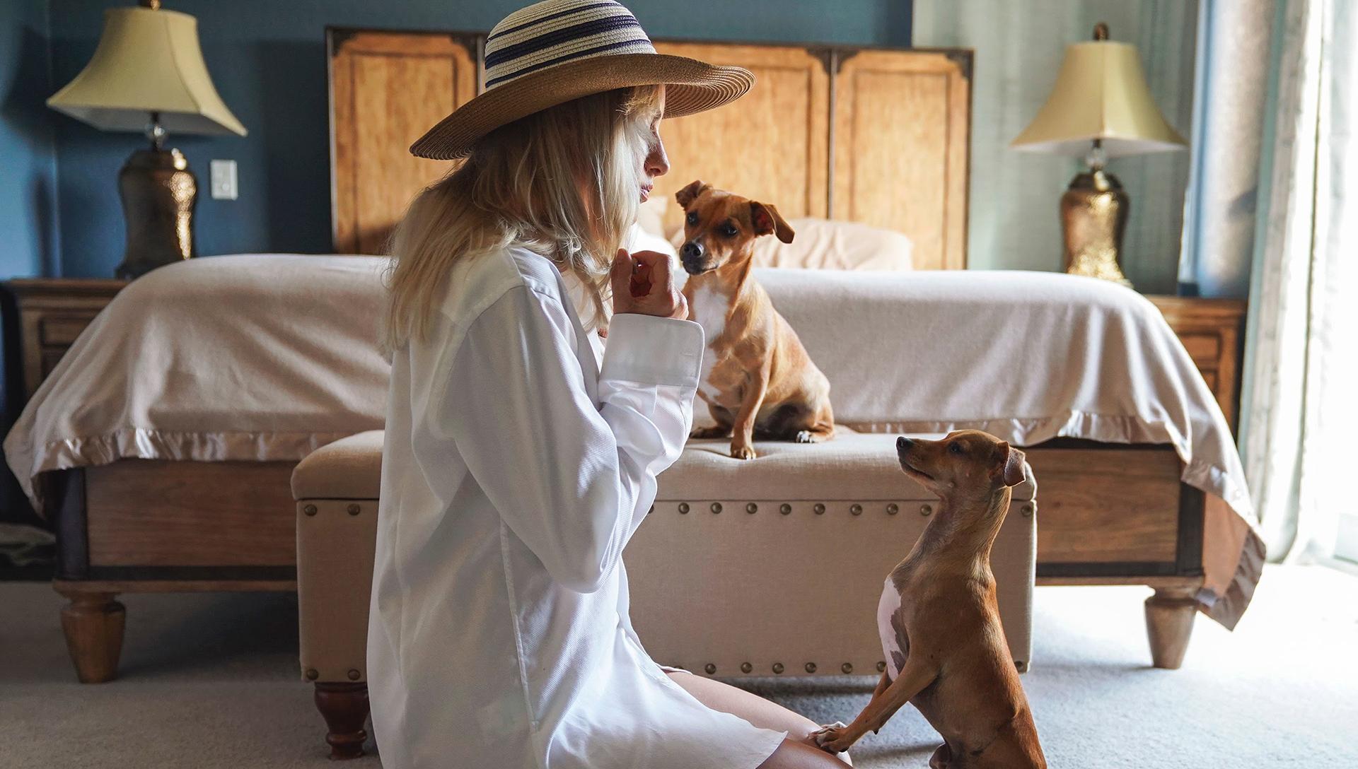 mladá žena v hotelu se dvěma psy